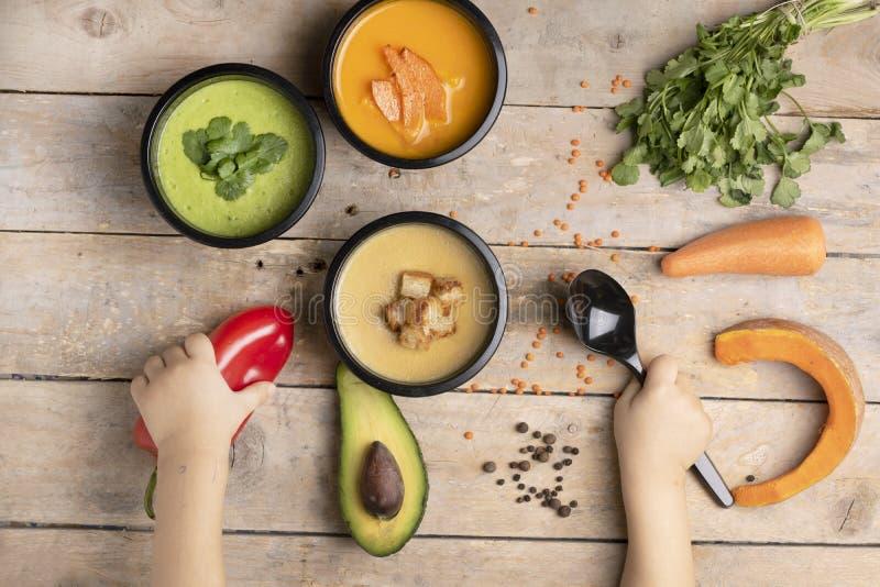 Руки детей, сбалансированная диета для того чтобы потерять вес, испаренную еду в коробках для завтрака, место для текста стоковые изображения