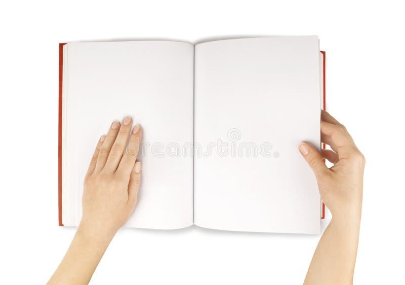 Руки держат белизну Красной книги (дневника) пустым изолированную распространением стоковая фотография