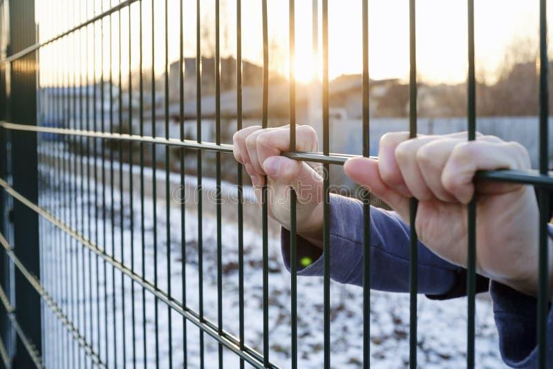 Руки держат на загородку металла стоковые изображения rf