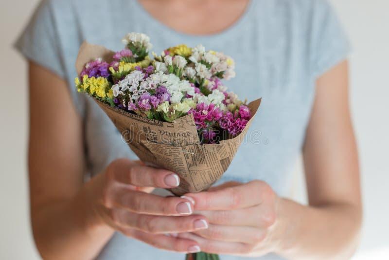 Руки держа букет цветков стоковое изображение rf