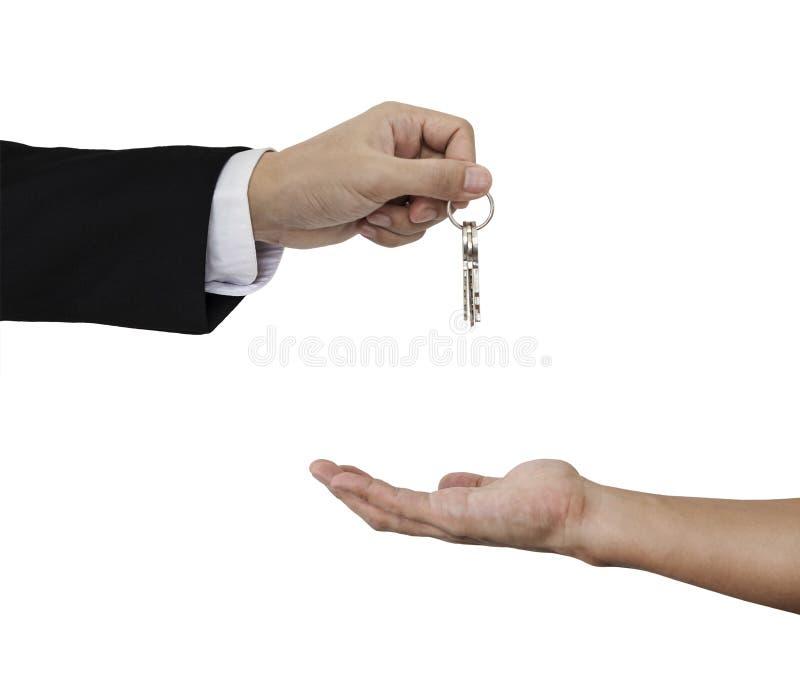 Руки держа и получая ключи, изолированные на белой предпосылке стоковая фотография rf