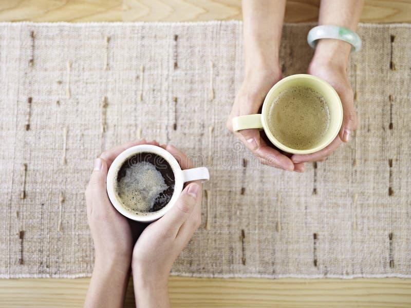Руки держа кофе стоковое изображение rf