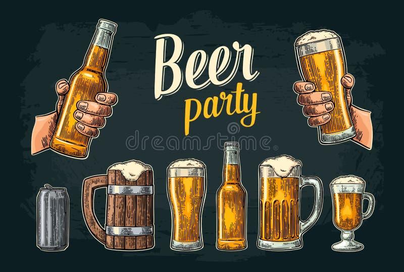 2 руки держа кружку стекел пива Стекло, чонсервная банка, бутылка Винтажная иллюстрация для сети, плакат гравировки вектора иллюстрация штока