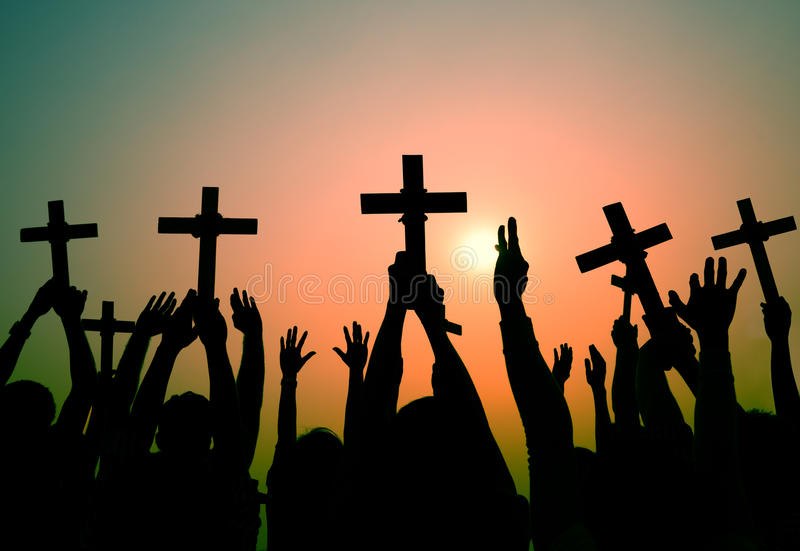 Руки держа перекрестную концепцию веры вероисповедания христианства иллюстрация штока