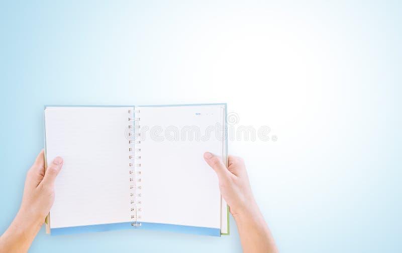Руки держа пустую книгу стоковая фотография rf