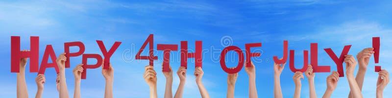 Руки держа счастливыми 4-ое -го июль в небе стоковое изображение