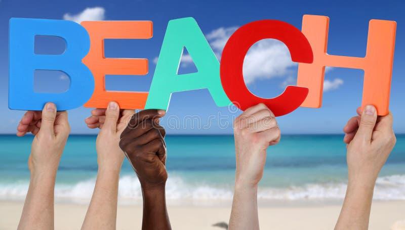 Руки держа слово приставают к берегу в лете на каникулах стоковая фотография rf