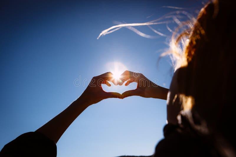 Download Руки делая знак формы влюбленности Стоковое Фото - изображение насчитывающей знак, романско: 40582236