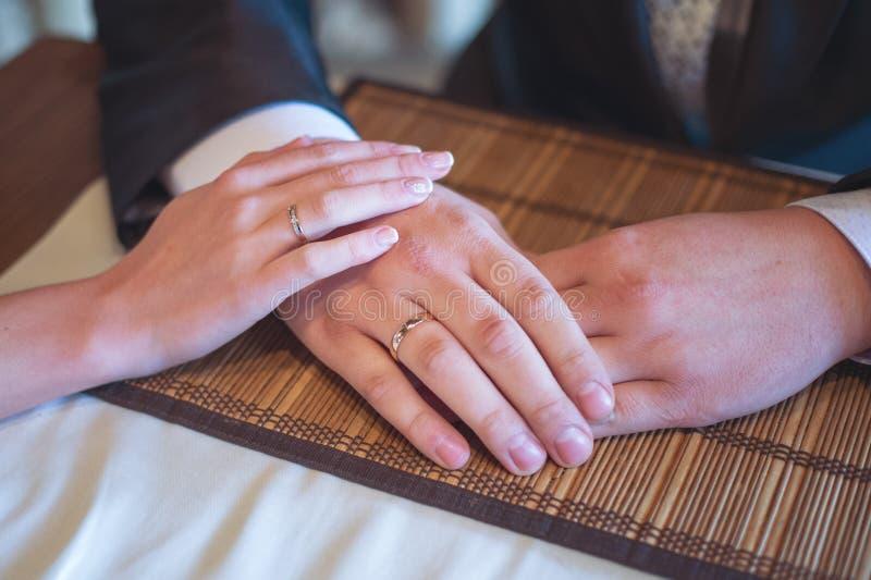 Руки жениха и невеста с кольцами стоковая фотография rf
