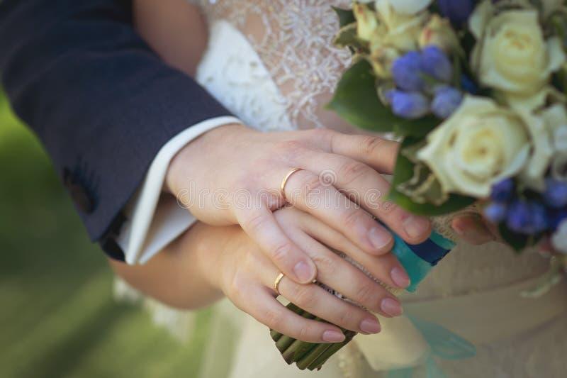 Руки жениха и невеста с кольцами стоковое изображение