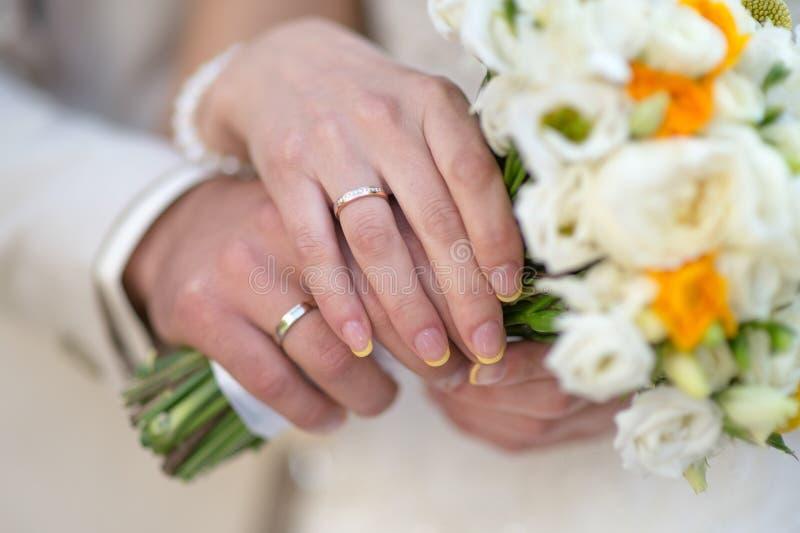 Руки жениха и невеста с кольцами стоковое фото