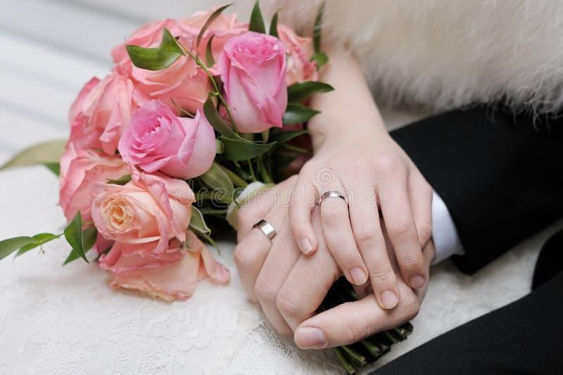 Download Руки жениха и невеста стоковое фото. изображение насчитывающей влюбленность - 37932008