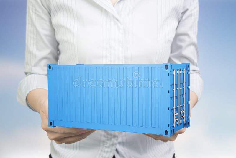 Руки женщины держа грузовой контейнер сини 3d стоковое фото rf