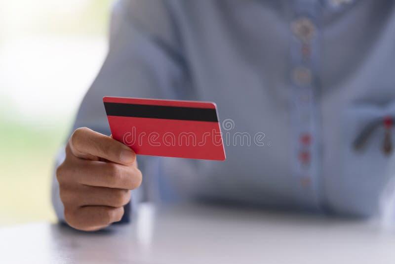 Руки женщины держа кредитную карточку для ходить по магазинам онлайн Оплачивает для приобретения E стоковое фото rf