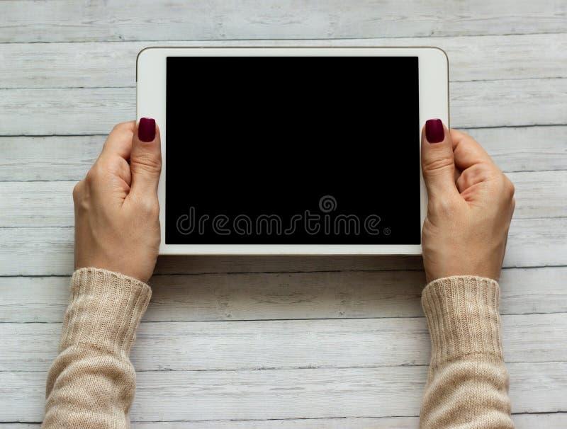 Руки женщины держа ПК таблетки, конец-вверх стоковое изображение rf