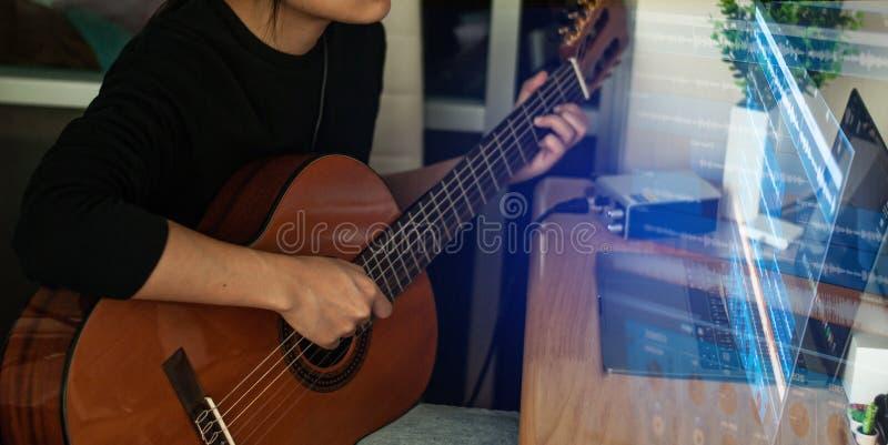 Руки женщины играя акустическую гитару, конец вверх стоковое изображение rf