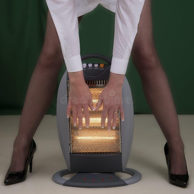 Руки женщины подготовляя скоро электрический огонь стоковые изображения
