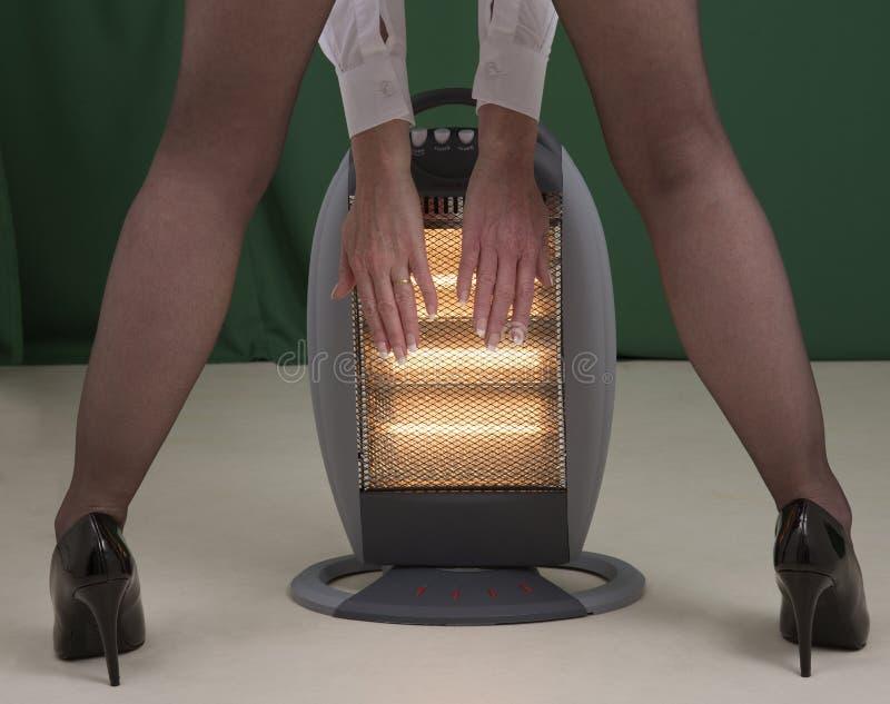 Руки женщины подготовляя скоро электрический огонь стоковая фотография