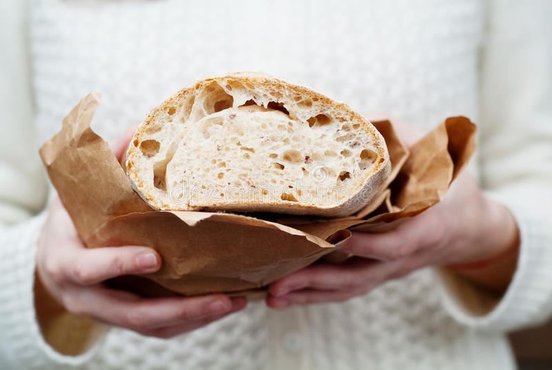 Руки женщины держа хлеб стоковые фотографии rf