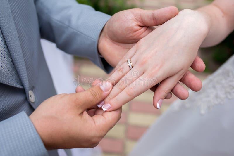 Руки женщины человека стоковые изображения