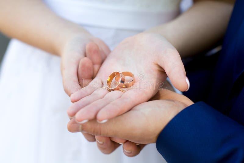 Руки женщины человека стоковые фото