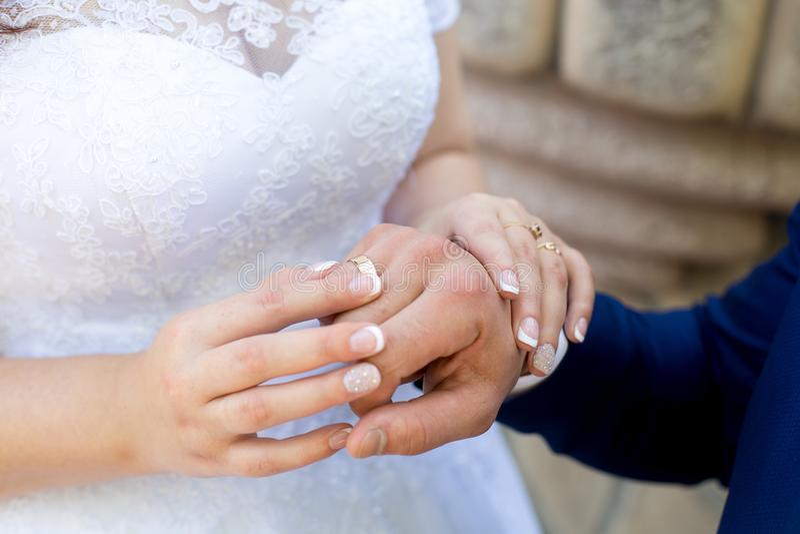 Руки женщины человека стоковое фото rf