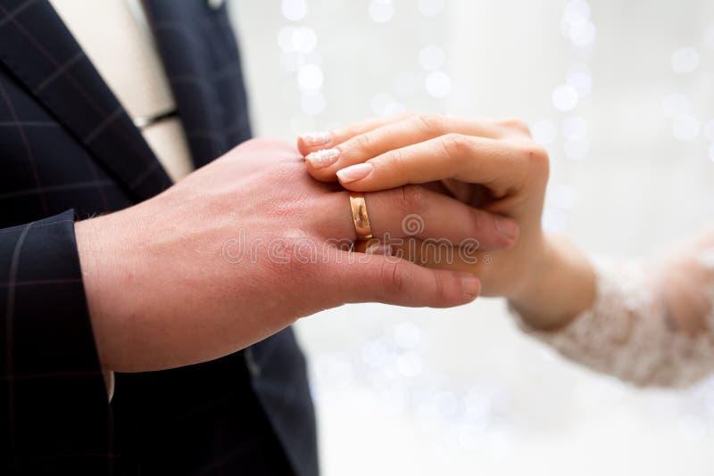 Руки женщины человека стоковое изображение rf