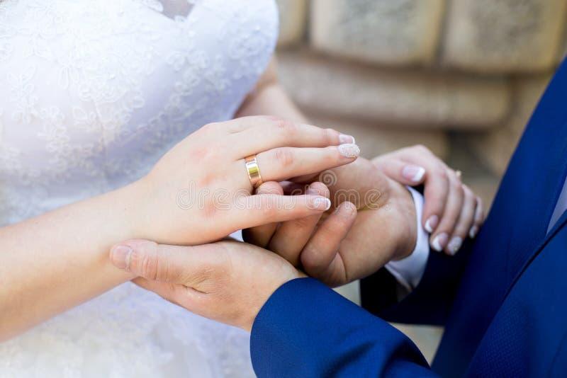 Руки женщины человека стоковая фотография rf