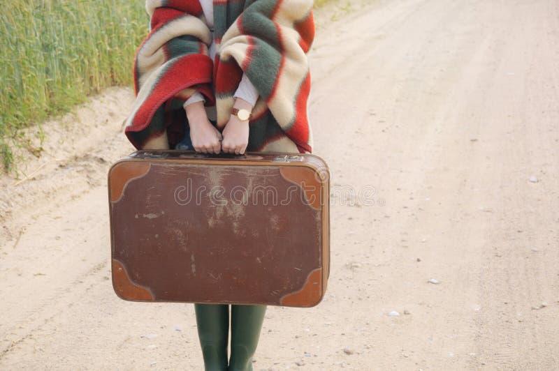 Руки женщин держат старый чемодан на осени внешний на стране стоковые изображения