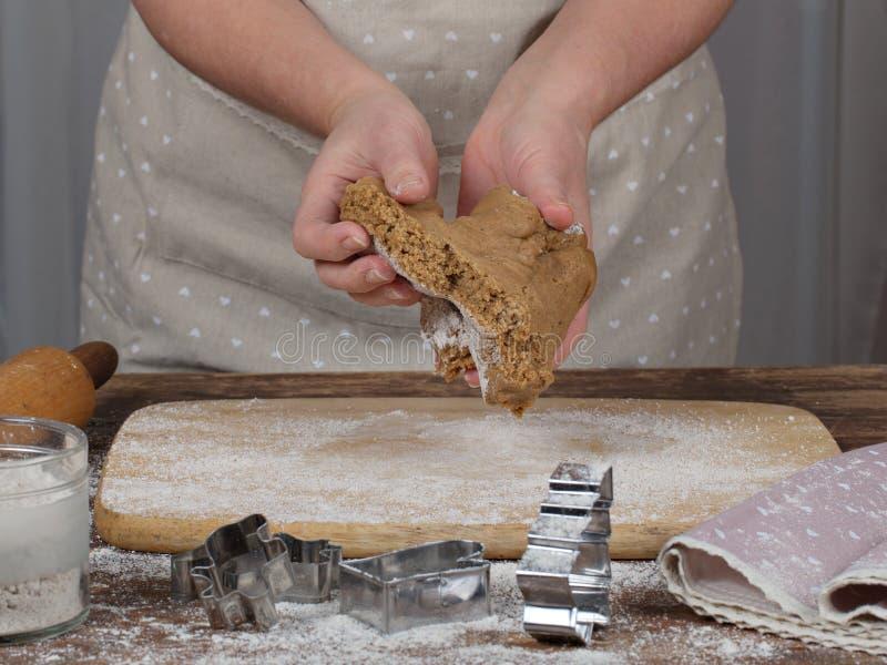 Руки женщин делая печенья рождества стоковое фото