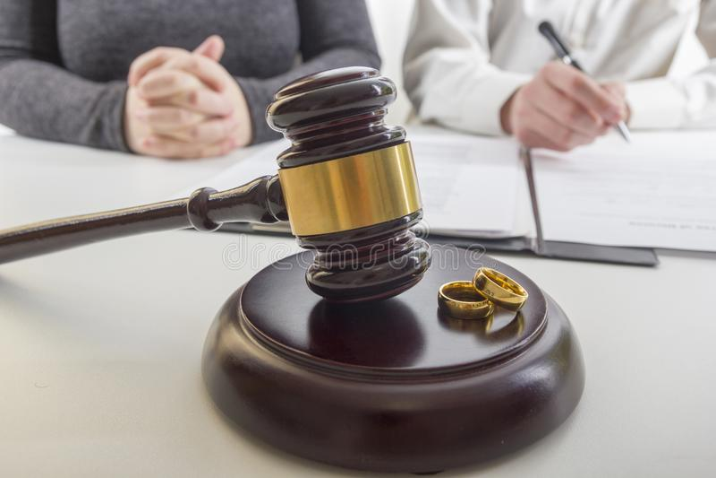 Руки жены, декрета подписания супруга развода, растворения, отменяя замужество, документы юридического разделения, храня стоковые фотографии rf