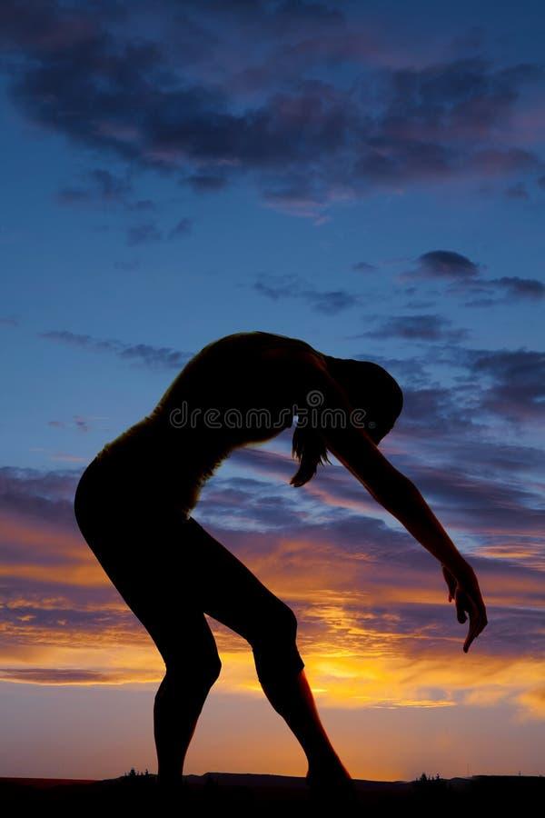 Руки загиба танца женщины силуэта передние вниз стоковые изображения rf