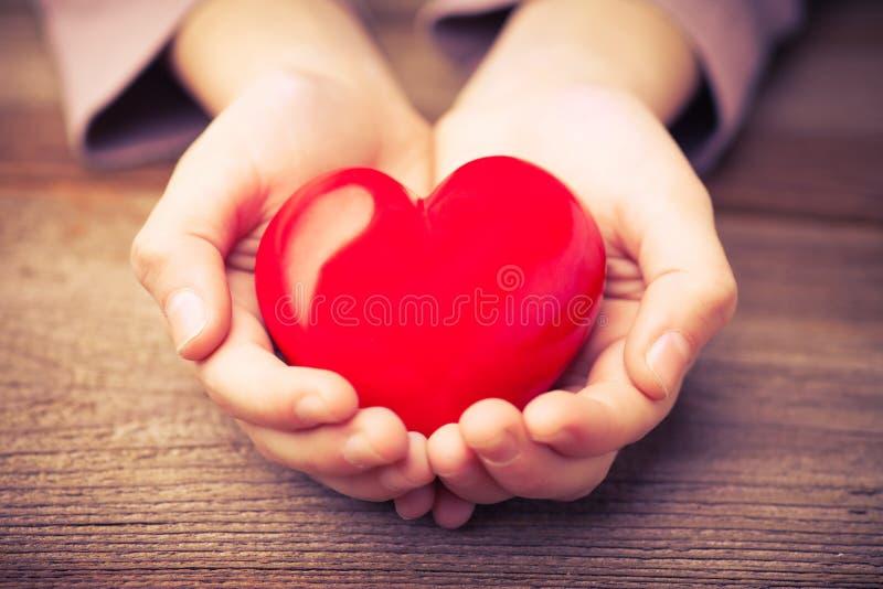 Руки защищают сердце стоковые изображения rf