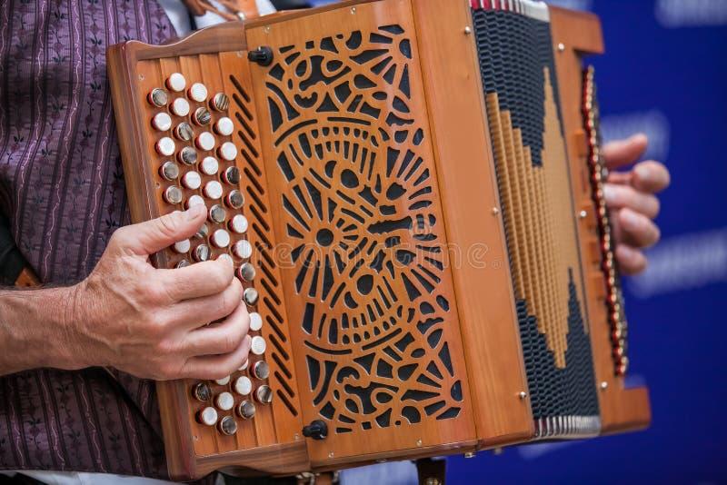 Руки играя аккордеон стоковое фото rf