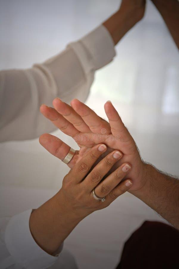руки излечивая влюбленность стоковая фотография