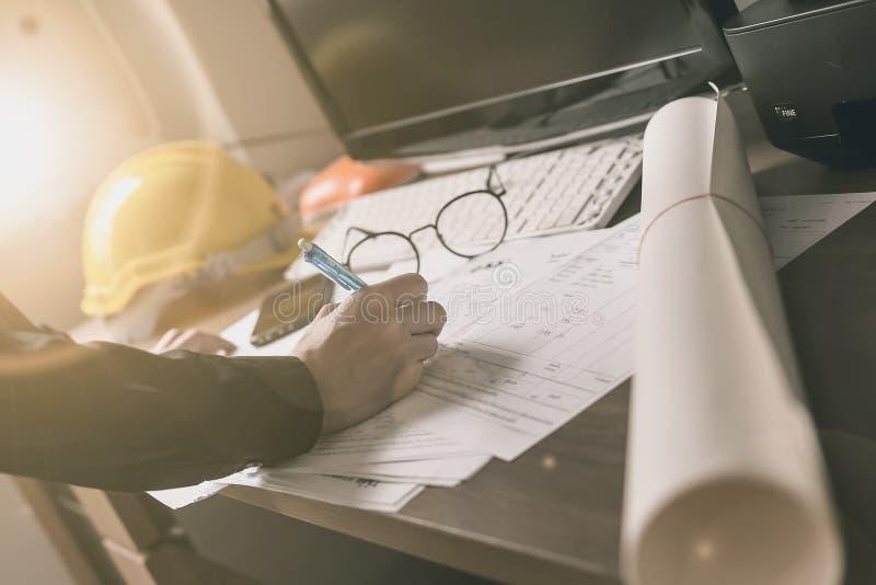 Руки инженера работая на светокопии Инструменты инженерства Vinta стоковая фотография