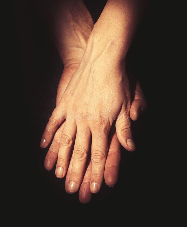 Руки интимности Соединение и концепция влюбленности стоковая фотография rf