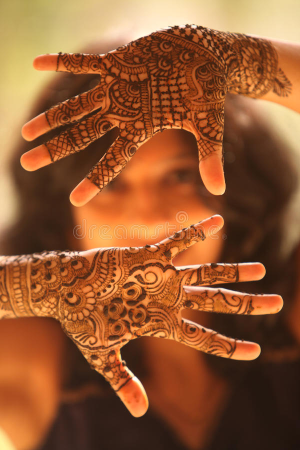 Руки индийской невесты стоковые фото