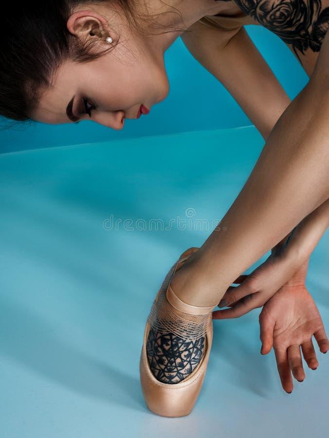 Руки и ноги в ботинках балета, современном артисте балета, элементе танца исполнительского искусства балерины с предпосылкой косм стоковые изображения rf