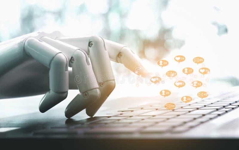 Руки и пальцы робота указывают сообщение, подобия, следующие и комментарий дела социальных средств массовой информации онлайн стоковое фото rf