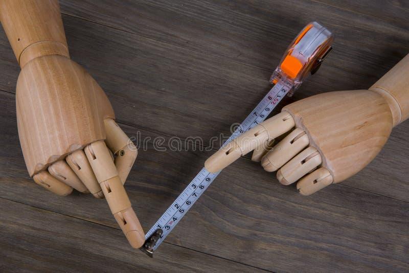 Руки и рулетка стоковые фото