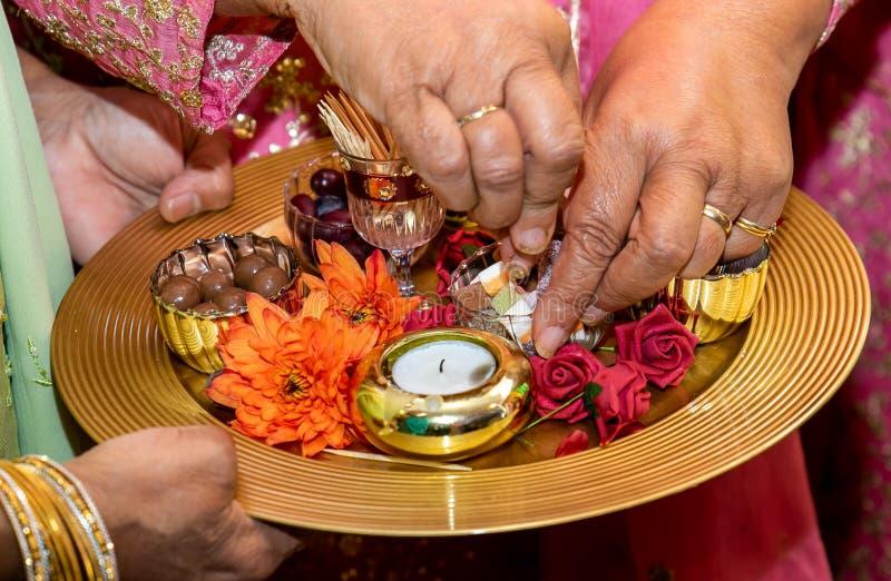 Руки и свечи для свадьбы хны mendhi стоковые изображения rf