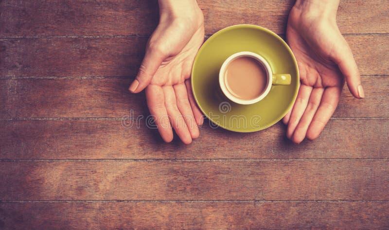 Руки и чашка стоковые фотографии rf