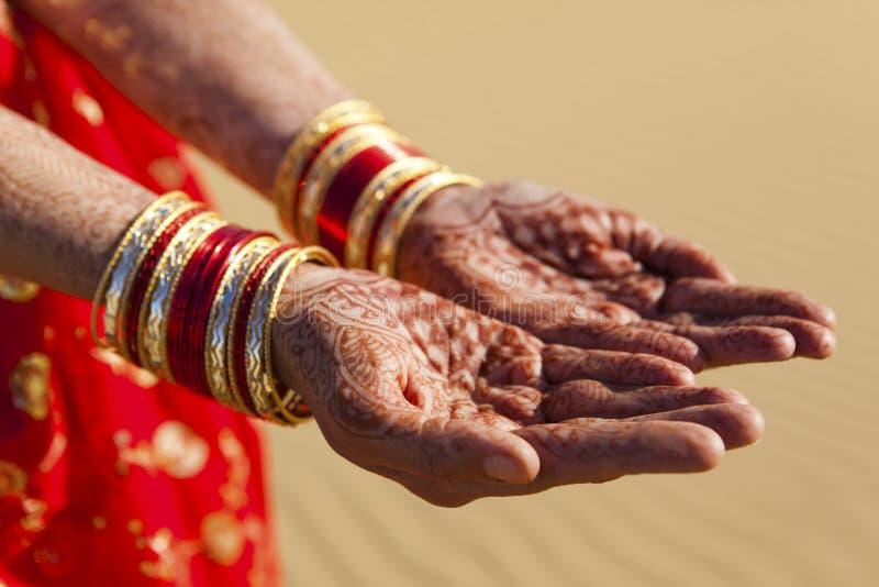 Руки и Bangles хны. стоковые фото