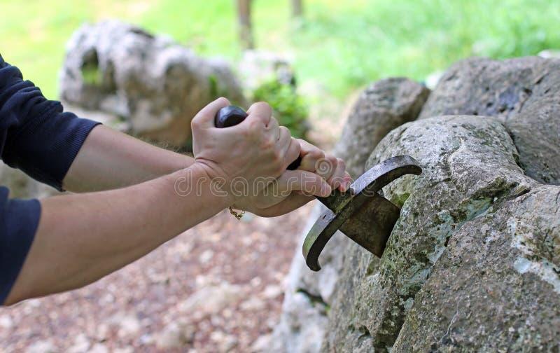 Руки и excalibur известная шпага стоковые изображения