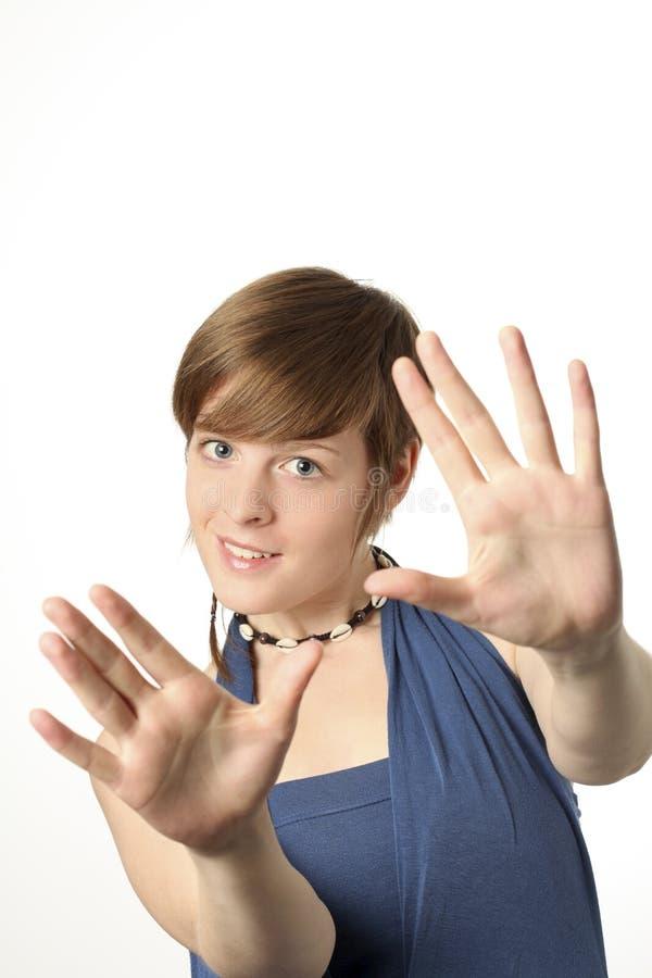 руки камеры к детенышам женщины стоковая фотография rf