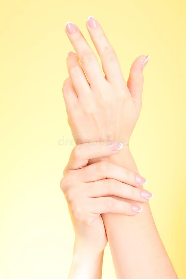 руки касатьясь женщине стоковые изображения