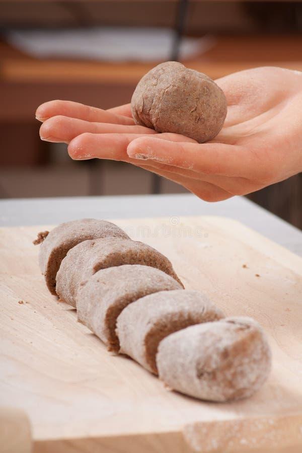 Руки кашевара подготавливая тесто стоковые фотографии rf