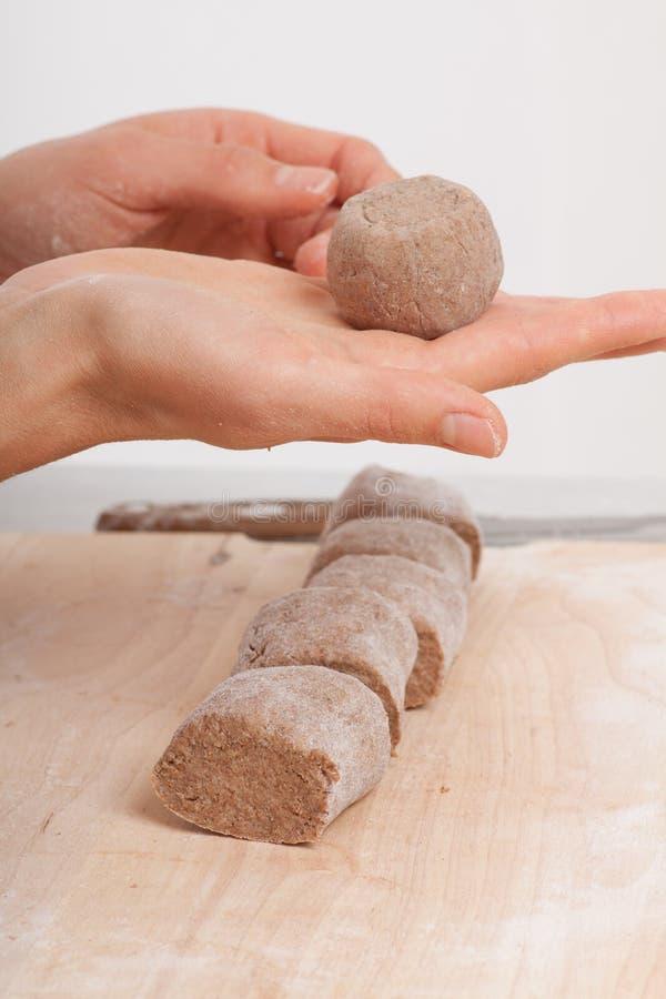 Руки кашевара подготавливая тесто стоковые изображения