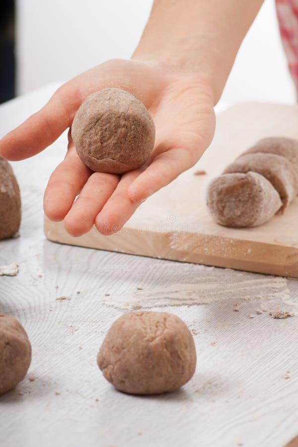 Руки кашевара подготавливая тесто стоковое изображение